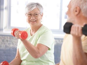 Foto van een man en een vrouw met gewichtjes in de hand
