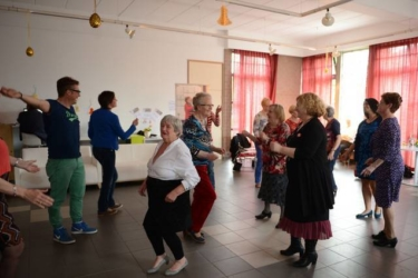 Dans, foto van een groep dansende senioren