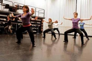 Bewegen Op Muziek, foto van dames die in een zaal bewegen