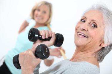 Dames Met Gewichtjes, foto van 2 dames met gewichtjes in hun handen