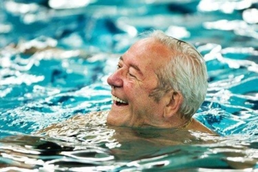 Senioren Man In Zwembad