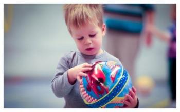 Groep kinderen verschillende sporten