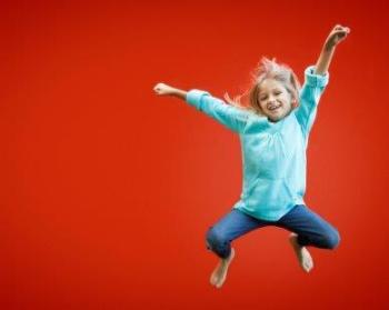 Meisje Springt In De Lucht