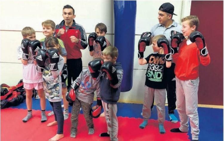 Foto van kinderen in de zaal bij boxing Arsen Podjan