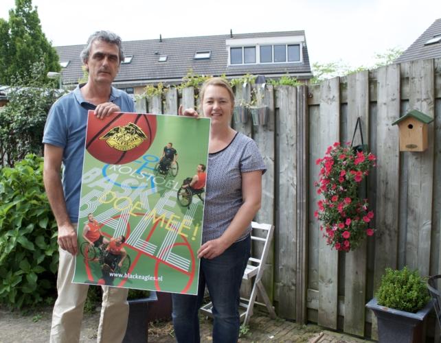 Black Eagles, foto van 2 mensen met een poster over rolstoel bij de Black Eagles