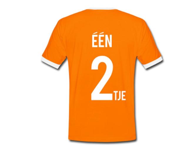 Foto van een oranje t-shirt met de tekst Een Tweetje erop