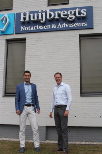 Afbeelding van 2 notarissen die poseren voor het pand van Huijbregts Notarissen
