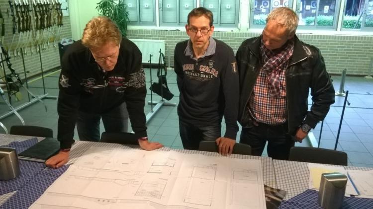Foto van LT Architecten En Handboogvereniging Prins Bernhard die project op de tekentafel bekijken