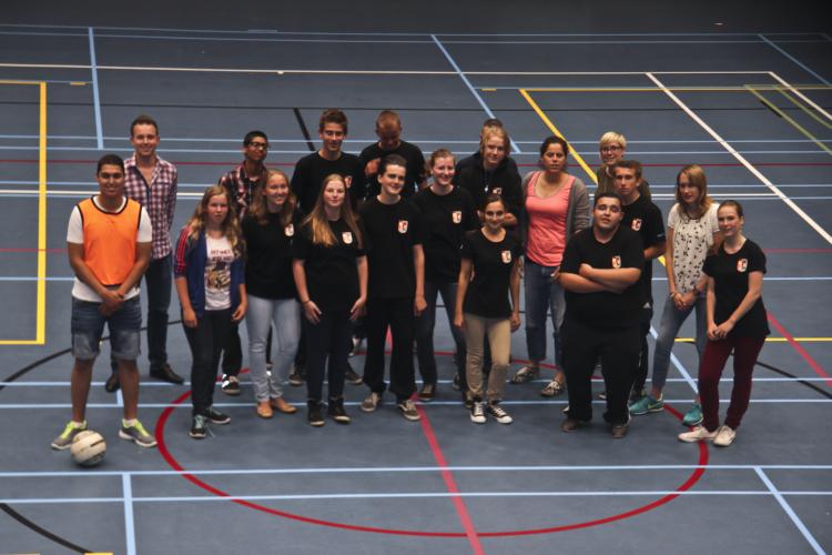 Foto van een groep citytrainers die poseren voor een foto in een sportzaal