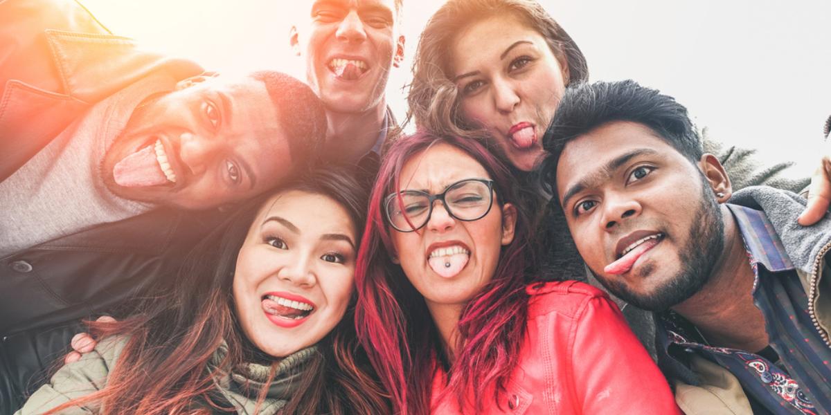 Divers groepje uitdagende jongeren