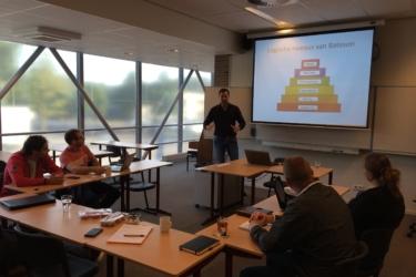 Afbeelding van Huub van Mackelenbergh die een workshop verzorgt  voor Team Verenigingen