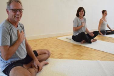 Buiten Winter Yoga met yoga muse