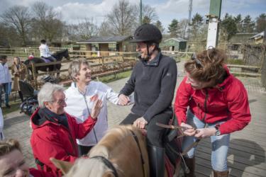 Edwin van der Sar brengt bezoek aan Rosmalense manege